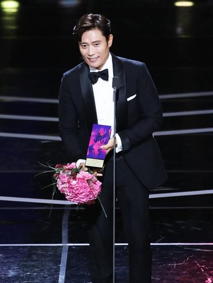 Tối 13/10, lễ trao giải thường niên APAN Star Awards diễn ra tại Đại học Kyung Hee (Seoul, Hàn Quốc). Sự kiện nhằm vinh danh những diễn viên xuất sắc mảng truyền hình được phát sóng trên các đài từ 2/9/2017 đến 2/9/2018. Năm nay, những tên tuổi lớn đều lọt vào danh sách đề cử.