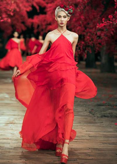Mid Nguyễn trên sàn diễn thời trang.