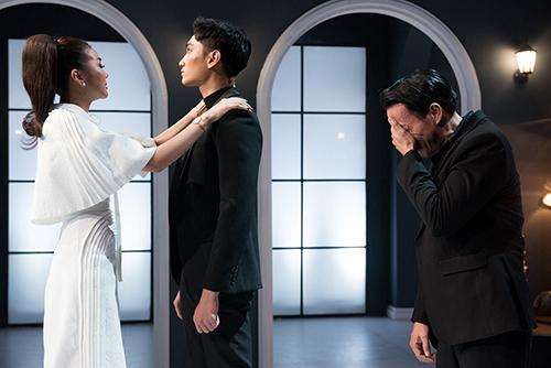 Thanh Hằng ôm tạm biệt Huy Quang trong nước mắt.