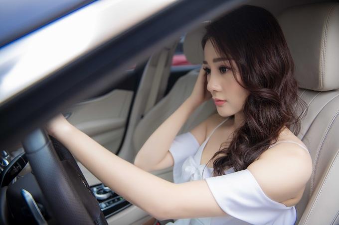 Phương Oanh 'Quỳnh Búp Bê' tự lái xe đi sự kiện