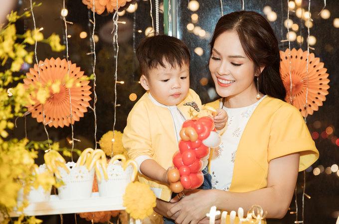 Dương Cẩm Lynh trang trí tiệc sinh nhật hai tuổi của con trai