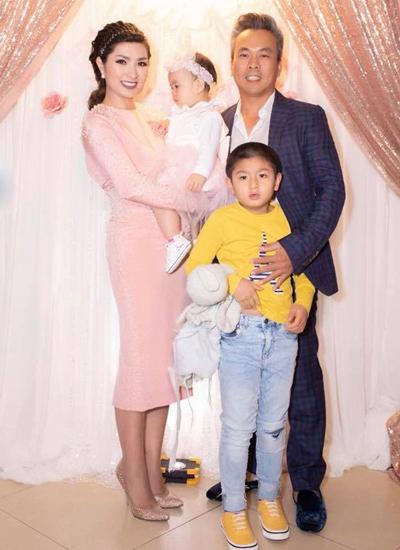 Nguyễn Hồng Nhung bên chồng - anh Minh Quân - và con trai, con gái.