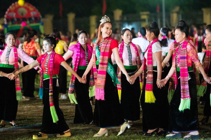 Khánh Ngân múa xòe cùng người Thái
