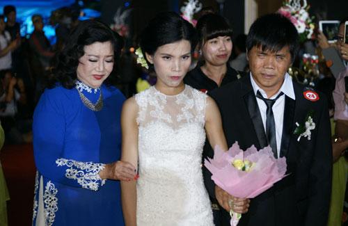 Kim Cương dìu một cặp vợ chồng khuyết tật trong đám cưới năm 2015.