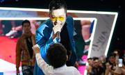 Tuấn Hưng nắm tay con trai biểu diễn sau cú sốc bị hủy show