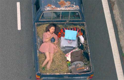 Bên cạnh những khoảnh khắc hài hước như cảnh Nhung nhảy phốc lên người Việt Anh khi gặp sâu hay cảnh Nhung bị trói kèm với chai rượu sau thùng xe... bộ phim còn mang tới những khoảnh khắc không kém phần lãng mạn giữa Việt Anh và Nhung.