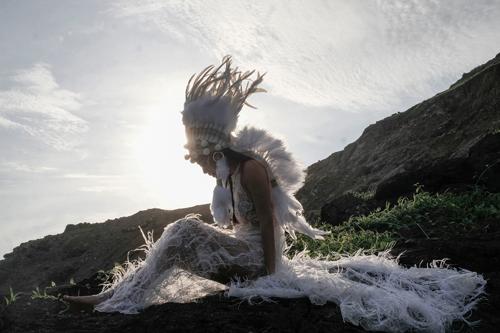 Hoàng Thùy Linh trong MV Fall in Love.