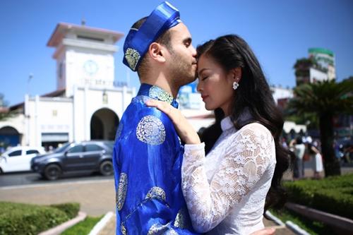 Vợ chồng Xuân Thuy chụp ảnh cưới ở chợ Bến Thành.