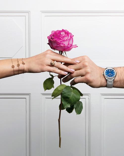 Bộ trang sức Piaget Rosegồm dây chuyền, hoa tai và nhẫn đính kim cương giúpnàng thêm rạng rỡ và tỏa sáng mỗi khi xuất hiện. Việc kết hợp giữa ngôn ngữ của loài hoa biểu tượng của tình yêu cùngsự quý hiếm của vàng và kim cương trong bộ trang sức tinh xảo sẽ thay cho lời chúc ngọt ngào mà phái mạnh muốn gửi gắm tới một nửa yêu thương.