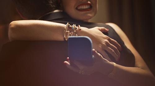 Với đá Carnelian đỏ thắm, đá lông công màu sáng xanh và kim cương lấp lánh, những chiếc mặt dây chuyền hay nhẫn và đồng hồ thuộc bộ sưu tậpPossesion sẽ đem lại nguồn năng lượng tươi mới và hứng khởi cho chủ nhân nhờsắc màu rực rỡ cùngthiết kế thanh lịch, nữ tính.
