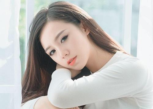 Quỳnh Kool tên thật là Nguyễn Thu Quỳnh, sinh năm 1995 tại Hà Nội. Cô gây chú ý với vai diễn trong phim sitcom Kem xôi, Loa phường, phim Đi qua mùa hạ. Ngoài ra, diễn viên còn tham gia sân khấu kịch ở Hà Nội.