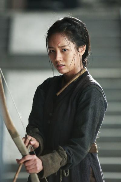 Lee Hyeri được học bắn cung, đánh võ khi vào vai con gái tướng quân.