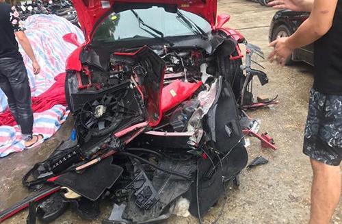 Siêu xe bị nát phần đầu sau tai nạn.