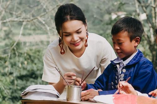 Đoàn Thúy Trang trong vai cô giáo dạy cho học trò vùng cao.