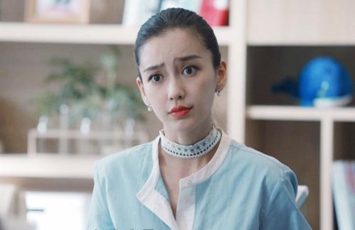 Biểu cảm thường thấy của Angelababy trong phim.
