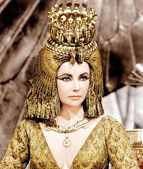 Nữ hoàng Cleopatra nổi tiếng với sự thông thái trong làm đẹp.