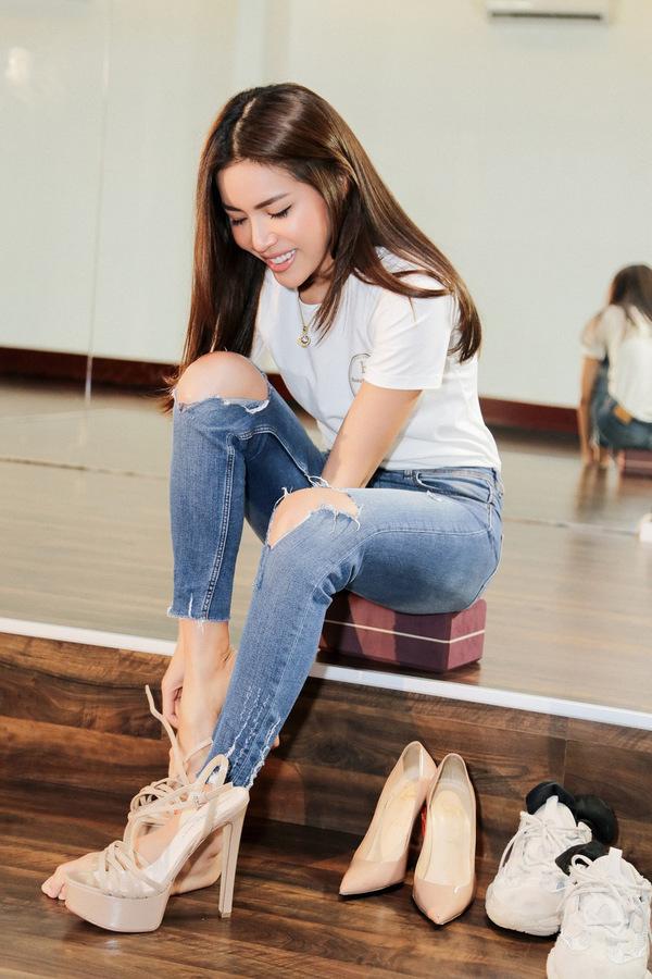 Siêu mẫu Thái Lan hướng dẫn Minh Tú catwalk để thi hoa hậu