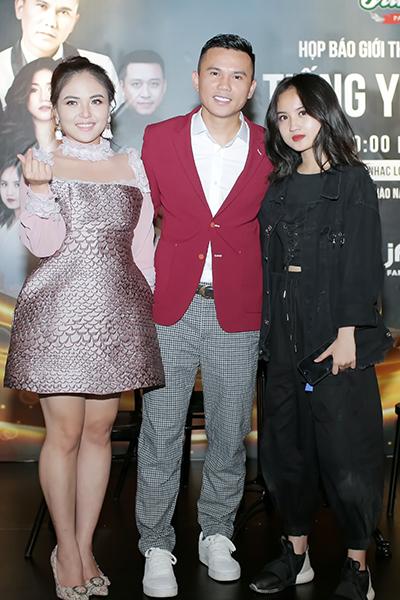 Tú Dưa và bà xã Lam Trang (trái), con gái Ngân Hà.