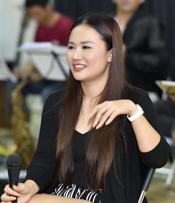 Quang Dũng khoác vai Như Quỳnh ở buổi tập nhạc