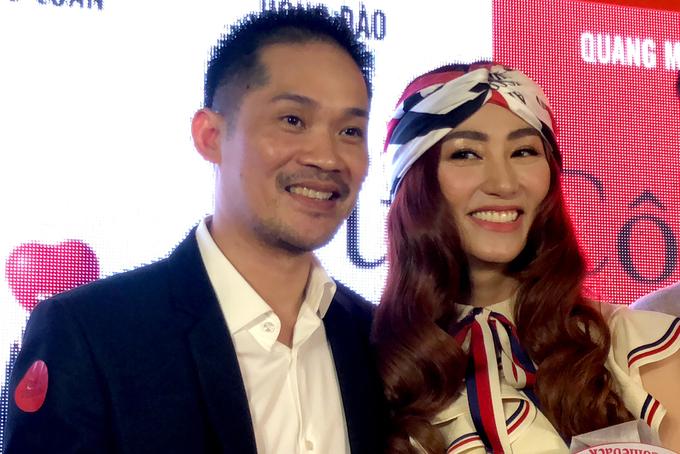 Chồng doanh nhân hôn Ngân Khánh trên thảm đỏ