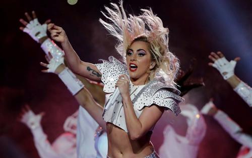 Lady Gaga thu hút khán giả nhờ nhiều chiêu trò biểu diễn.