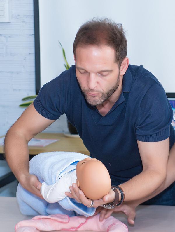 Chồng Bảo Trúc học cách chăm trẻ sơ sinh