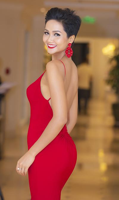 HHen Niê xuất hiện tại sự kiện ra mắt một thương hiệu thời trang cao cấp của Thuỵ Sĩ do cô làm đại sứ, chiều 21/10 ở Hà Nội. Người đẹp chia sẻ cô đang niềng răng trong suốt để nụ cười rạng rỡ hơn.