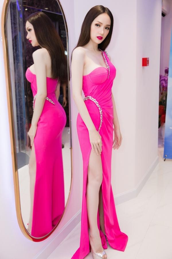 Angela Phương Trinh cắt tóc bum bê, đeo trang sức tiền tỷ