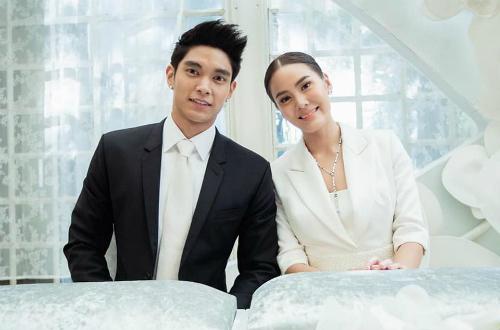 Vợ chồng Janie Tienphosuwan tại đám cưới.