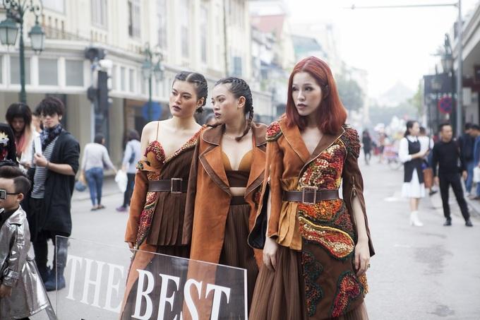 Giới trẻ mặc kinh dị trên phố đi bộ Hồ Gươm