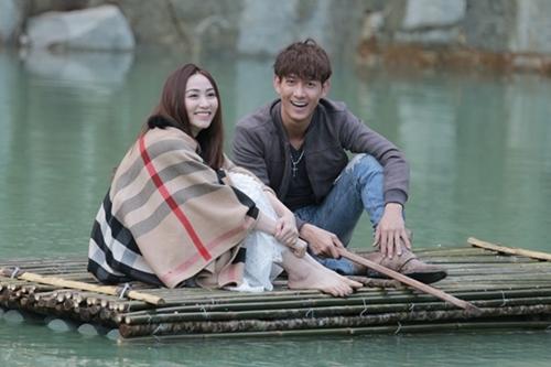 Ngân Khánh và Song Luân trong cảnh quay ở hồ nước.
