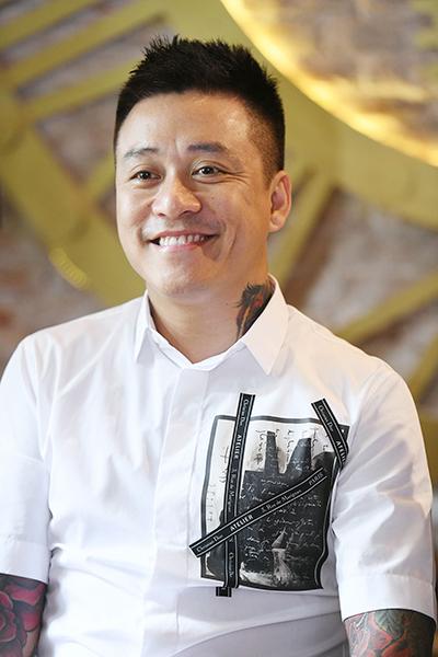 Tinh thần Tuấn Hưng phấn chấn trpng buổi gặp gỡ báo chí, sáng 23/10 ở Hà Nội.