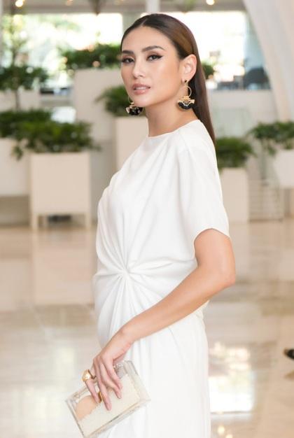 Võ Hoàng Yến diện váy quây tr