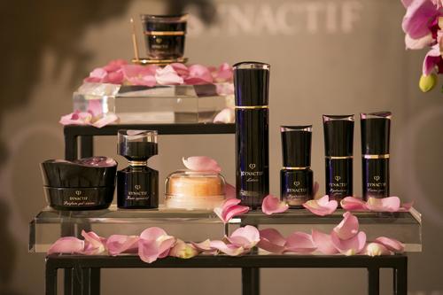 Dịp này, nhãn hàng còn mang đến bộ sưu tập Synactif giới hạn năm 2018 để quyên góp cho hoạt động thiện nguyện. Tất cả các sản phẩmđều được tạo nên từ phức hợp MACC với hơn 800 thành phần dược liệu quý hiếm và hương thơm tự nhiên từ hoa hồng tím Synactif - loài hoa đạt được huy chương vàng hạng mục sản phẩm làm đẹp và nước hoa tại Paris Bagatelle Rose Trials (cần bổ sung nguồn check).