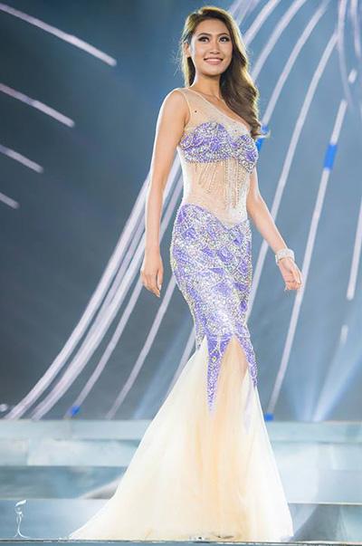 Trung Quốc được đánh giá cao về hình thể nhưng luôn có lựa chọn trang phục sai. Chiếc váy dạ hội cô mặc ở đêm bán kết bị chê rườm rà và thiếu thanh lịch. Tuy nhiên, năm nay lần đầu tiên Miss Grand International phát sóng trực tiếp ở khu vực Trung Quốc, tạo cơ hội cho cô tiến sâu hơn.