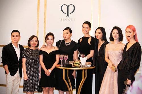 Nhà thiết kế Lâm Gia Khang,Adrian Anh Tuấn, Helly Tổng, người mẫu Thùy Dương, Hoa hậu Jolie Nguyễn.. cũng tới chúc mừngsự kiện này. Đây không chỉ là bữa tiệc hội ngộ khách hàng của thương hiệu mà còn làmột cuộc tâm sự về làn da.