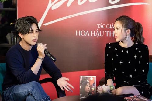 Con trai Thu Hoài trong buổi ra mắt sách cùng mẹ. Anh tên Tin Nguyễn, hiện hỗ trợ mẹ kinh doanh.