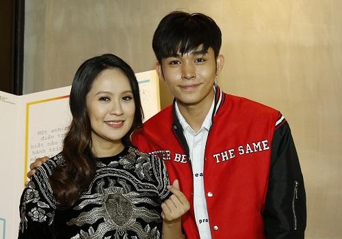 Jun Phạm (phải)và Thanh Thúy ở lễ trao giải.