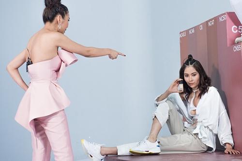Thanh Hằng chỉ dẫn người mẫu Lệ Nam - thành viên trong đội.