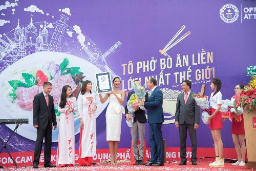 Hoa hậu HHen Niê hào hứng tham gia sự kiện quảng bá ẩm thực Việt Nam.