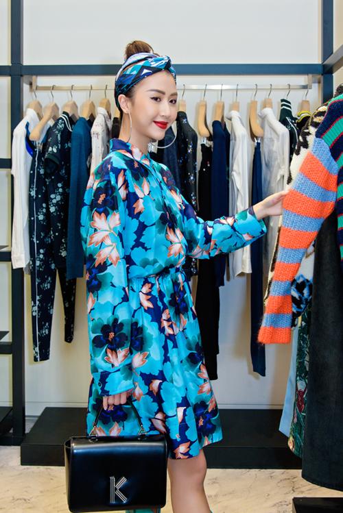 Quỳnh Anh Shynchọn đầm hoamàu xanh tươi mát thuộcBST Thu Đông của Kenzo phối cùng chiếc K bagtham gia sự kiện.