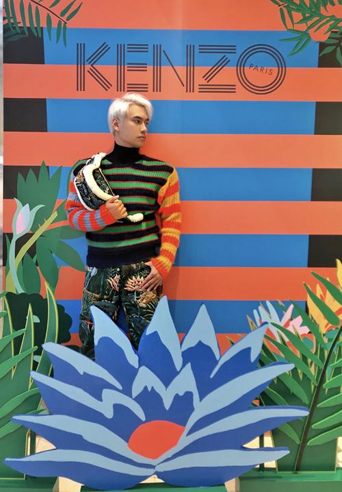 NTKLý Quí Khánh nổi bật với mái tóc bạch kim. Anh khá hứng thú với BST mới của Kenzo. Chiếc quần họa tiết rừng nhiệt đới giúp NTK trẻ phá cách hơn.