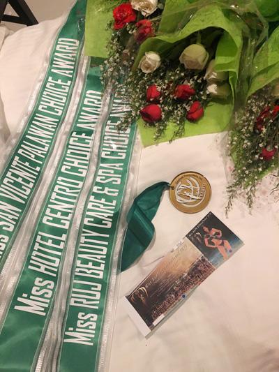 Phương Khánh khoe ba giải thưởng phụ, nhận được từ các nhà tài trợ.