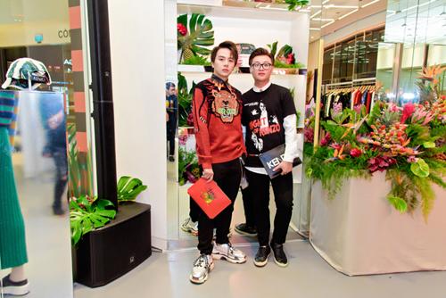Diễn viên trẻ Duy Khánh - Quán quân Gương mặt thân quen (áo đỏ) cũng là một tín đồ của Kenzo. Anh tới sự kiện cùng stylist Panda.