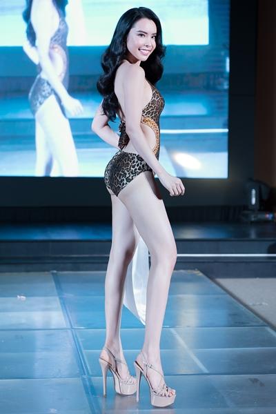 Huỳnh Vy trong phần trình diễn bikini.