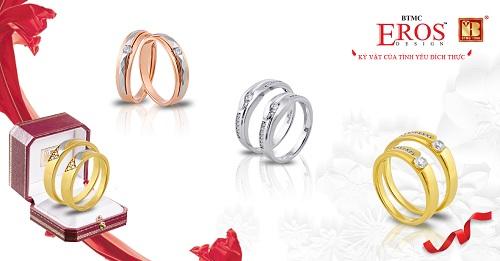 ErosDesign lànhãn hàng nhẫn cưới và trang sức cưới của Bảo Tín Minh Châu. Trong đó,Eroslà tên vị thần trong thần thoại Hy Lạp, biểu tượng cho tình yêu và hạnh phúc lứa đôi. Nhãn hànggồm những sản phẩm được thiết kế riêng để tôn vinh tình yêu đôi lứa, mang thông điệp kỷ vật tình yêu. Đón chào mùa cưới sắp tới,Bảo Tín Minh Châuthiết kế và chế tác riêng 6 bộ sưu tập nhẫn cướiphù hợp với gu thẩm mỹ, sở thích, cá tính của các cô dâu, chú rể.Bộ sưu tập nhẫn cưới Đồng điệu gồm những đôi nhẫn cưới có thiết kế giống nhau, tượng trưng chohai tâm hồn đồng điệu, cùng tin yêu, thấu hiểu.