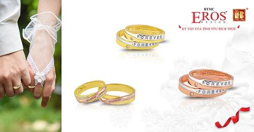 Bộ sưu tập Mãi yêu gồmnhững đôi nhẫn cưới được khắc các ký tự liên quan đến tình yêu với ý nghĩa mãi mãi một tình yêu.
