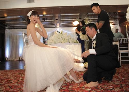 Cả hai kết hôn ngày 25/1/2014 tại California, Mỹ. Lễ cưới của họ có đầy đủ nghi thức truyền thống lẫn yếu tố phương Tây. Theo tục lệ cưới của người Mỹ, chú rể phải tháo giày, quỳ gối, vén váy vợ và dùng răng tháo chiếc nơ ở đùi cô dâu.