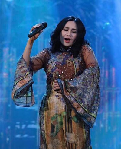 Diva nhạc nhẹ thể hiện giọng hát ngọt ngào, truyền cảm qua ca khúc dân ca quen thuộc.