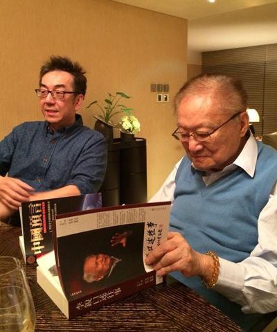 Đào Kiệt (trái) chia sẻ ảnh chụp cùng Kim Dung.